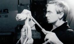 Carlo nel suo laboratorio, lavoro al modellino di E.T.
