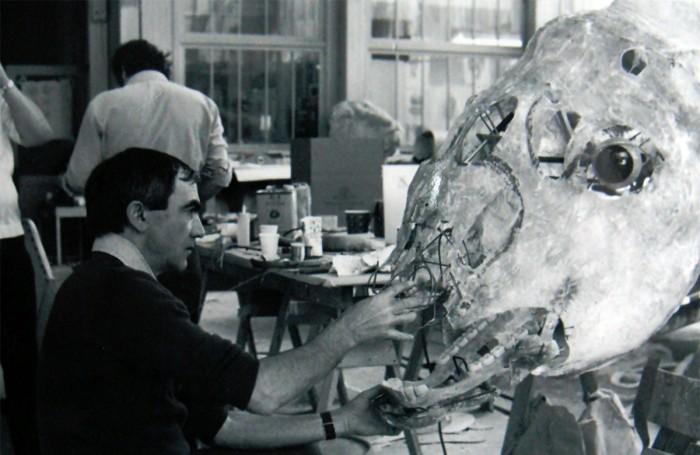 Carlo lavora alla testa meccanica del bufalo