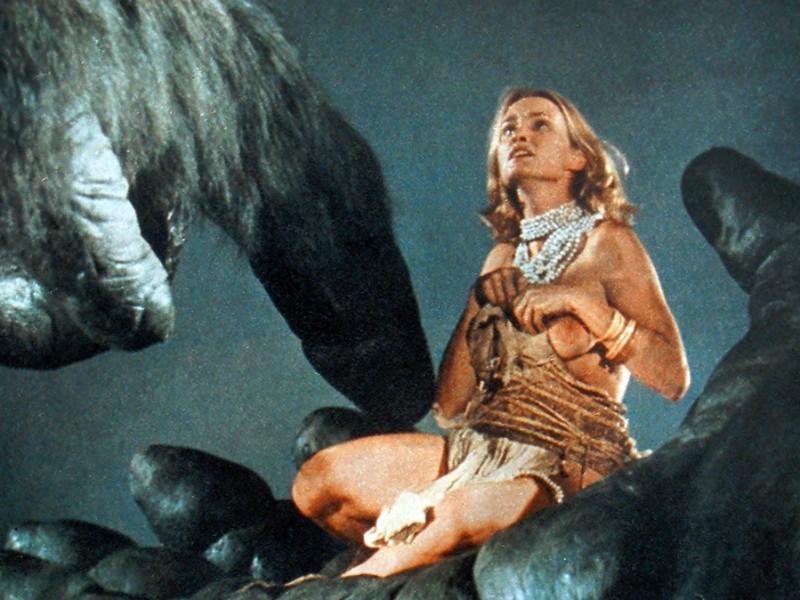 La mano gigante di Kong sorregge l'attrice Jessica Lange