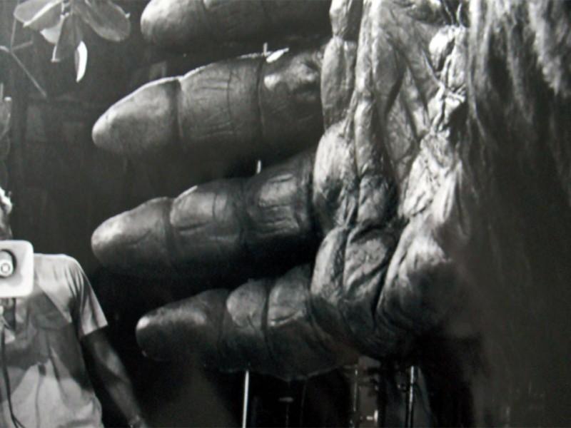 Il regista di King Kong John Guillermin vicino alla mano gigante di Kong
